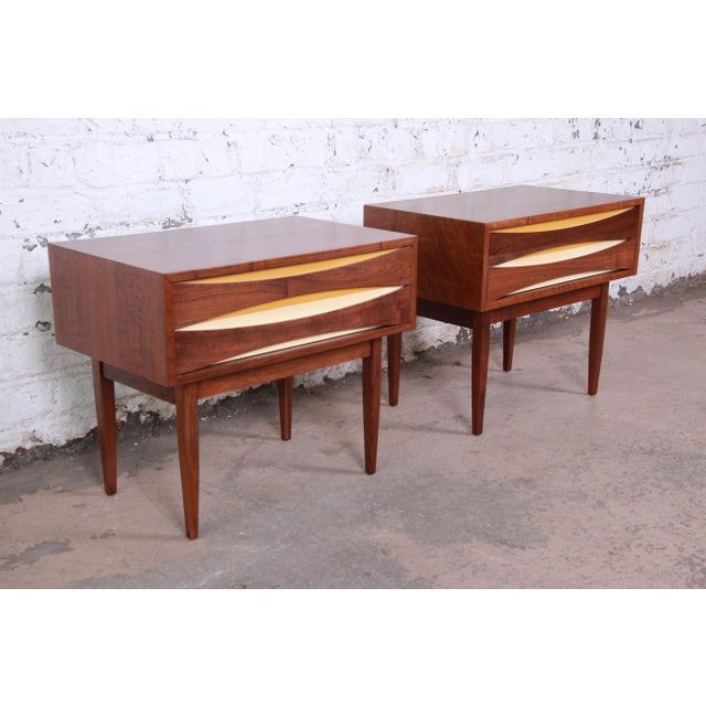1960s Mid-Century Modern Walnut Nightstands by West Michigan Furniture Co. - a Pair For Sale - Image 5 of 11
