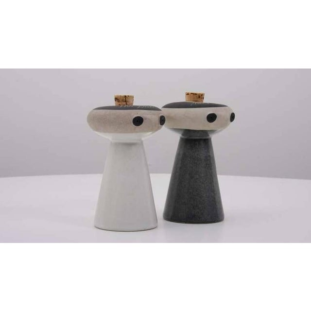 Here they are, Mr Salt and Mrs Pepper! Ready to use, both shakers dispense the salt or the pepper through the eyes, and...