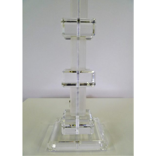 Modern Columnar Clear and Frosted Lucite Table Lamp 1970s For Sale In Miami - Image 6 of 9