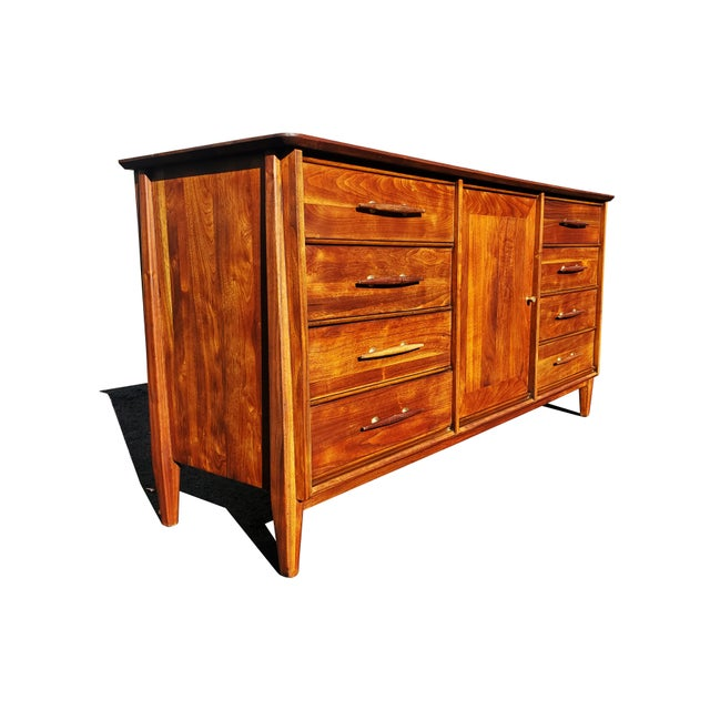 High-quality dresser made by Davis cabinet company (Based in Nashville, Tennessee). Mid-century modern design all in a...