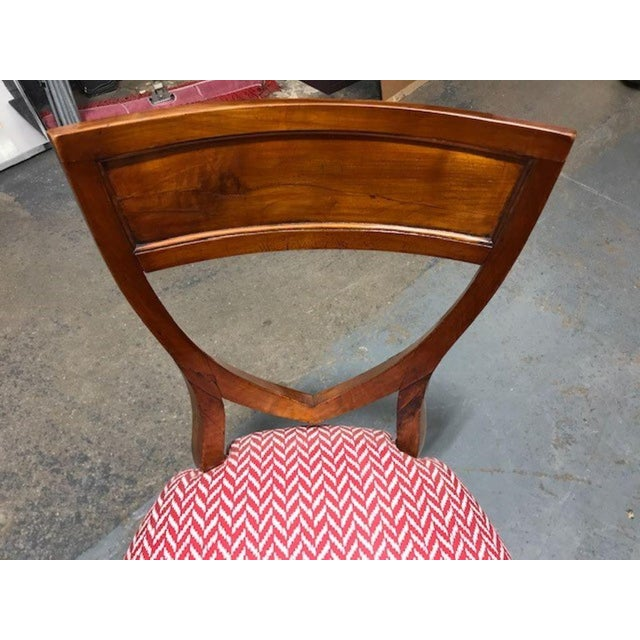 Early 19th Century A Set of 6 Biedermeier Mahogany Upholstered Shield Back Dining Chairs With a Brass Inlay For Sale - Image 5 of 7