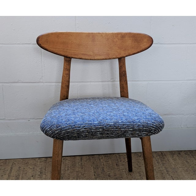 A striking vintage side chair in the style of Viko Baumritter. This mid-century dining chair has a bentwood back, wide...