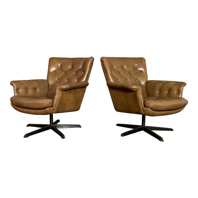 Pair Scandinavian Deep-Buttoned Leather Swivel Chairs, 1970s For Sale