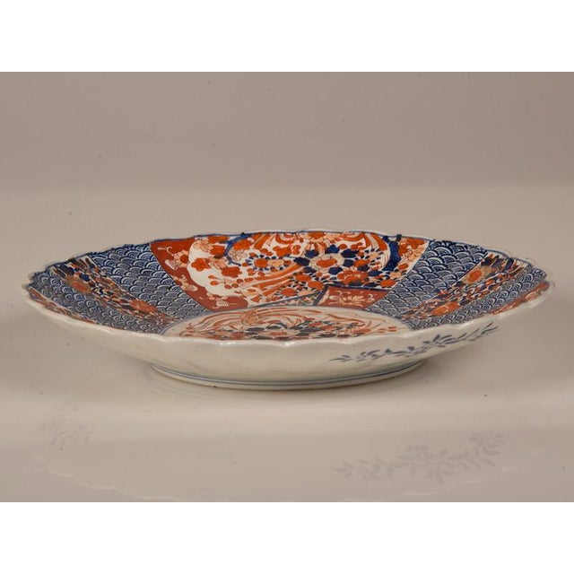 Asian A large Imari platter with a scalloped rim imported from Japan c. 1885 into France For Sale - Image 3 of 7