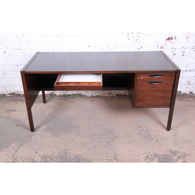 1960s Jens Risom Mid-Century Modern Walnut Executive Desk, 1960s For Sale - Image 5 of 13