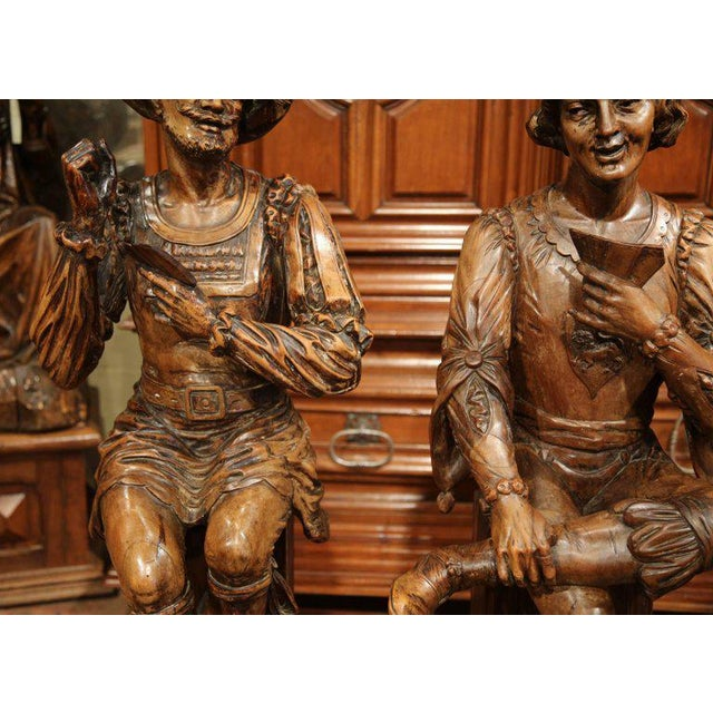 """Gold Mid-18th Century """"The Cards Players"""" Italian Carved Walnut Statues - A Pair For Sale - Image 8 of 10"""