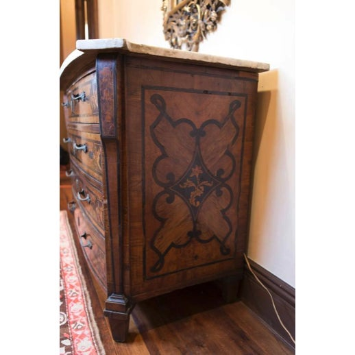 Mid 18th Century 18th Century Italian Walnut Veneered Commode With White Marble Top For Sale - Image 5 of 11