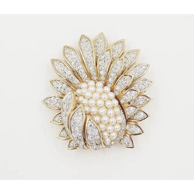 Gold 1960s Jomaz Pavé Rhinestone Faux-Pearl Pin For Sale - Image 8 of 9