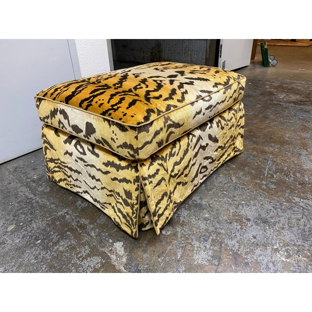 Hollywood Regency Custom Design Lee Jofa Tiger Oro Silk Ottoman For Sale - Image 3 of 9