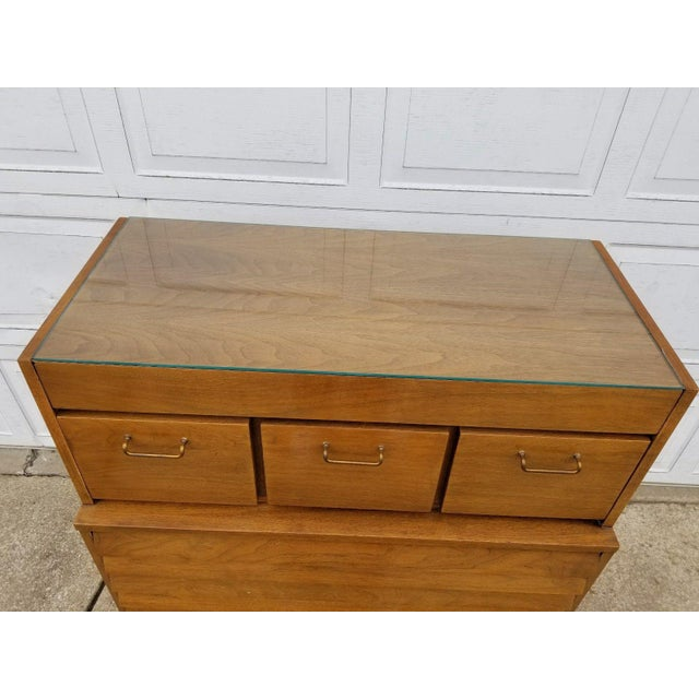 American of Martinsville Vintage Merton Gershun for American of Martinsville Mid-Century Modern Chest of Drawers For Sale - Image 4 of 11