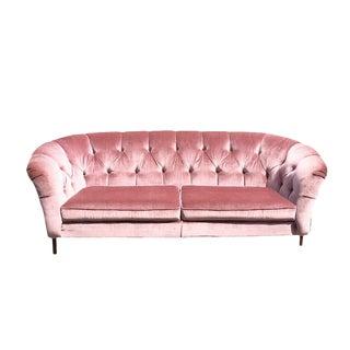 1970s Vintage Hollywood Regency Style Long Pink Velvet Tufted Chesterfield Sofa For Sale
