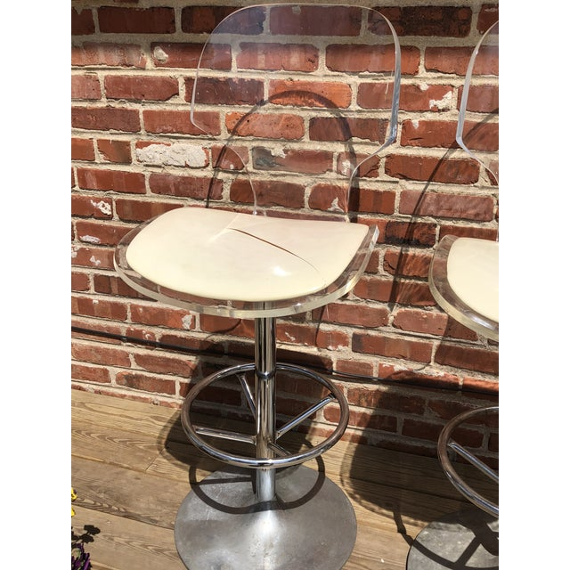 Aluminum 1970s Mid-Century Modern Hill Manufacturing Lucite Bar Stools - Set of 4 For Sale - Image 7 of 10