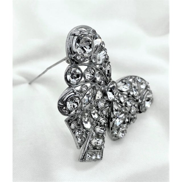 1930s 1940s Rhodium-Plated Clear Faceted Stone Bow Brooch For Sale - Image 5 of 8