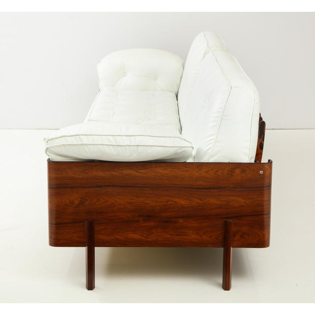 1960s Brazilian Sofa in Jacaranda and White Leather For Sale - Image 5 of 13
