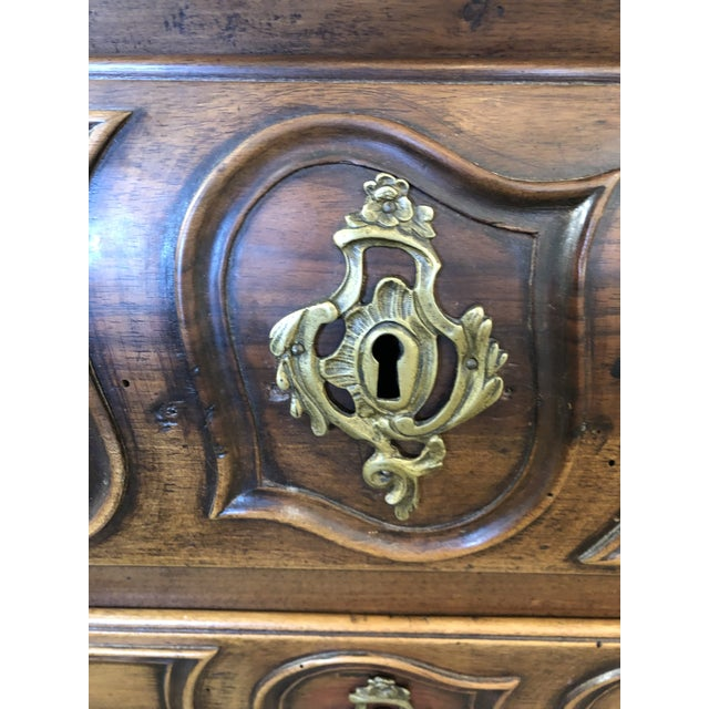 18th C. French Louis XV Commode en Tombeau Bombé Chest For Sale In Atlanta - Image 6 of 13