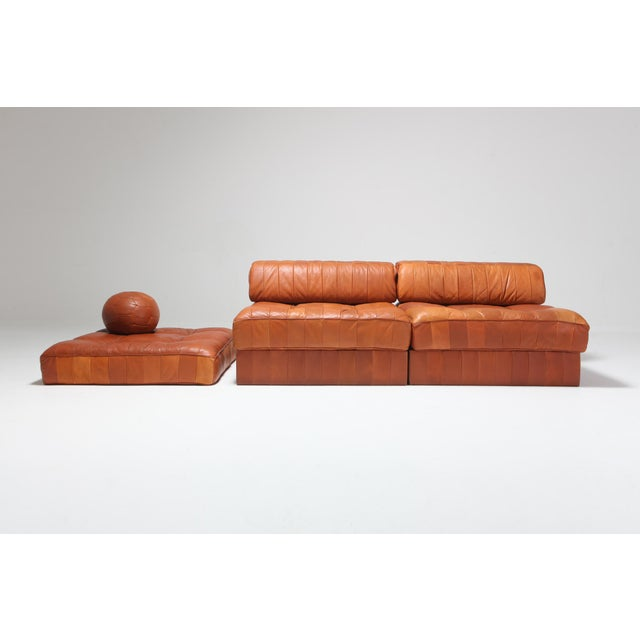 Mid-Century Modern piece from the 1980s by De Sede Switzerland, leading manufacturer of luxury leather sofas. The piece...