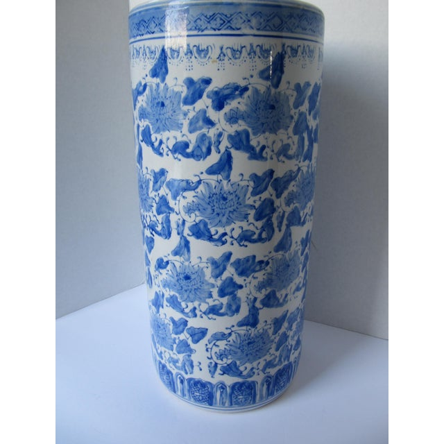 Beautiful vintage blue and white porcelain Chinoiserie umbrella stand. This piece could also be used as a large vase!