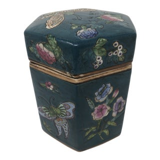 Antique Chinese Floral and Butterflies Octagonal Lidded Ceramic Jar For Sale