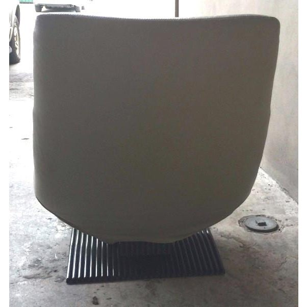 1990s Modernist Artifort Leather Chair and Ottoman - 2 Pieces For Sale In Miami - Image 6 of 10