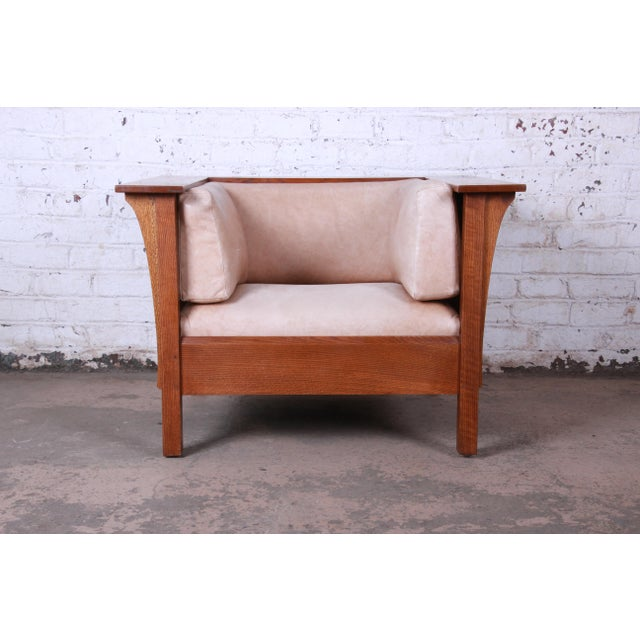 Offering a very nice Stickley Prairie armchair with tan leather upholstery. The chair is well made and constructed from...