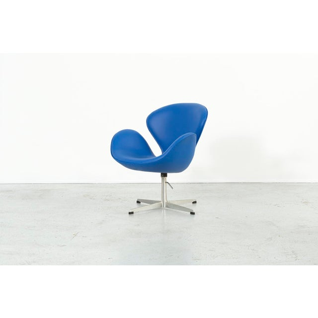 Metal Set of Arne Jacobsen Swan Chairs For Sale - Image 7 of 11