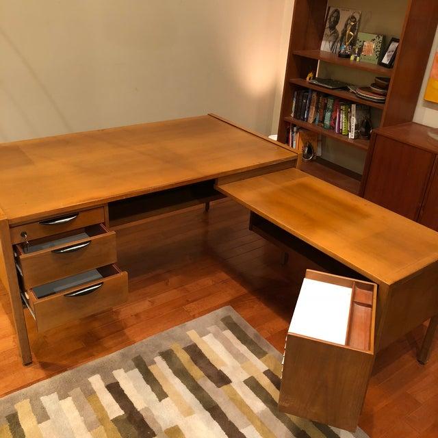 https://chairish-prod.freetls.fastly.net/image/product/sized/f153b82f-c699-46a7-aac4-d6dfd162b506/jens-risom-l-shape-mid-century-modern-wood-desk-9913?aspect=fit&width=640&height=640