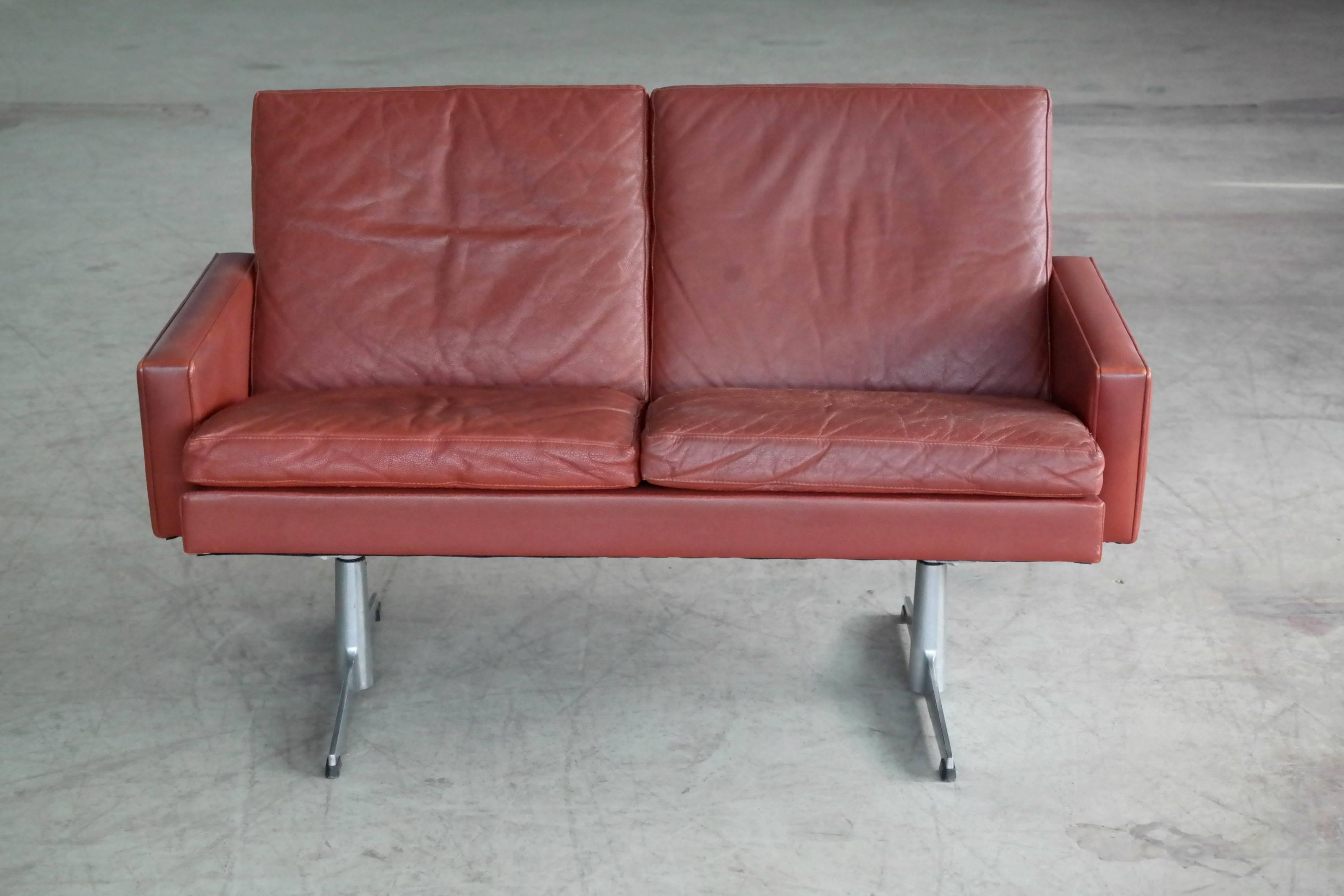 Delicieux Arne Jacobsen Danish 1960s Two Seat Airport Sofa In Red Leather Style Of  Hans Wegner