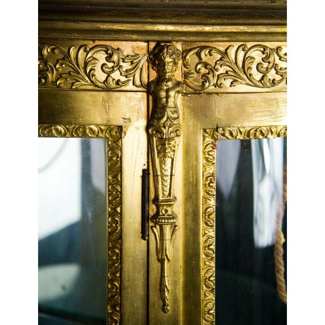 French Louis XV Giltwood and Curved Glass Curio Cabinet For Sale In Atlanta - Image 6 of 13