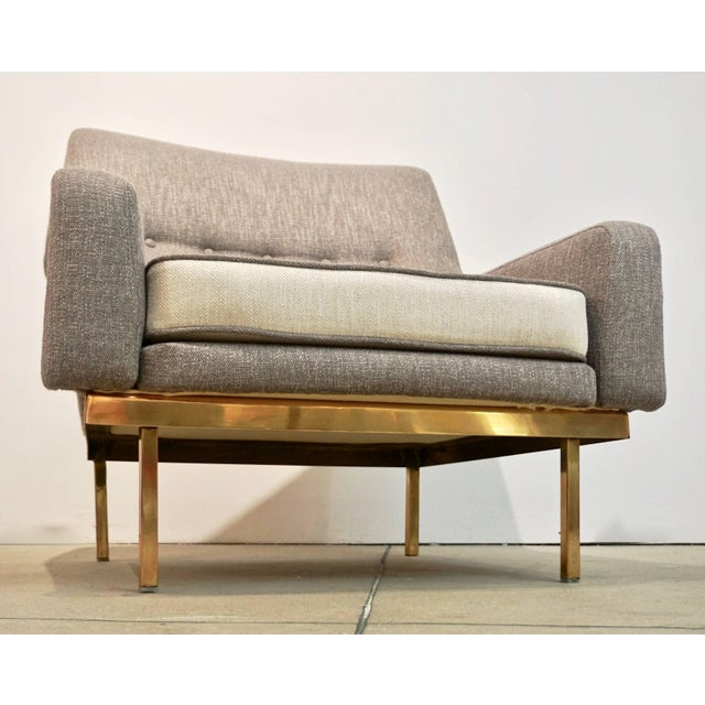 1970s Arflex Italian Brass Base Two-Tone Pepper Cream and Taupe Gray Armchair For Sale - Image 11 of 13