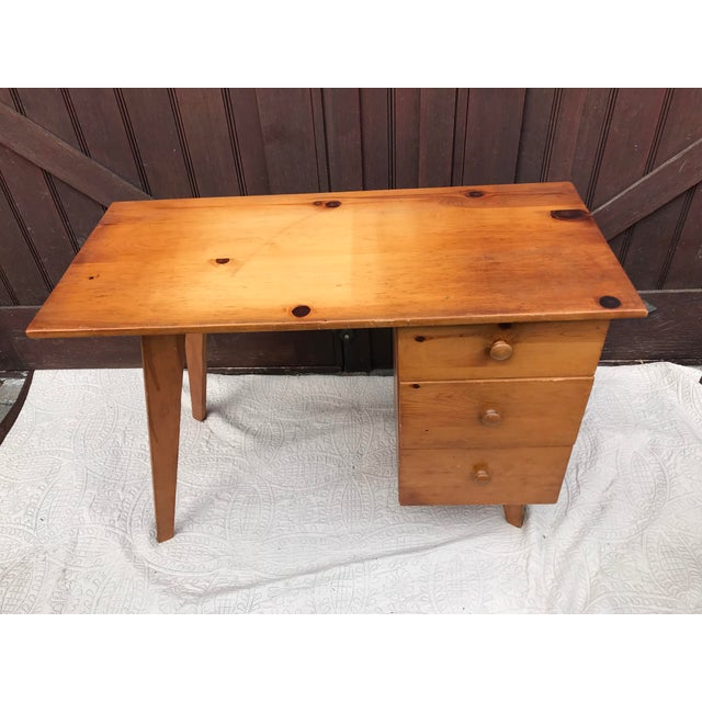 A beautiful Paul McCobb planner series pine Desk in excellent condition . Small size desk that will Work in many areas of...