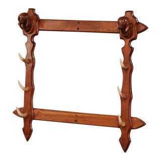 20th Century Black Forest Carved Gun Rack With Horns and Dog Head Sculptures For Sale