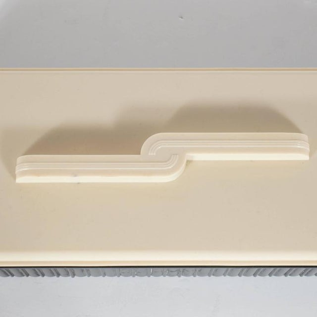 1930s Striking Art Deco Bakelite Box with Streamlined Machine Age Lid, USA, circa 1935 For Sale - Image 5 of 9