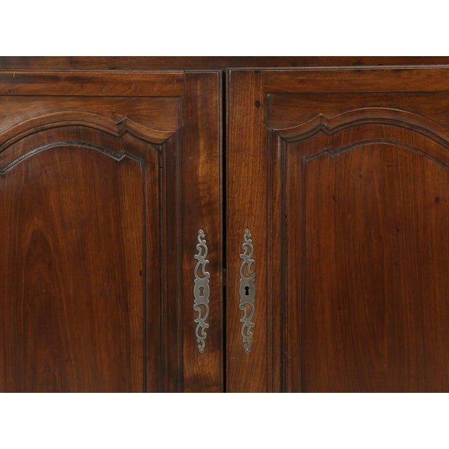 """Early 19th Century Antique French """"très Grand"""" Buffet in Walnut For Sale - Image 5 of 10"""