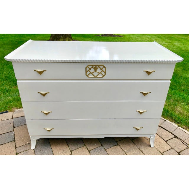 Asian Mid Century Modern White Lacquered Chinoiserie Style Chest For Sale - Image 3 of 7