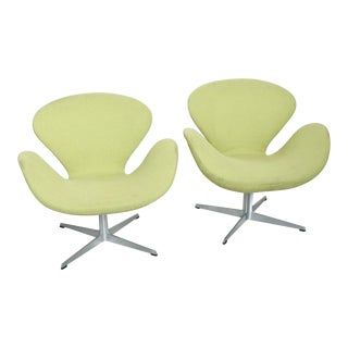 Mid-Century Modern Original Iconic Swan Chairs by Arne Jacobsen for Fritz Hansen - a Pair For Sale