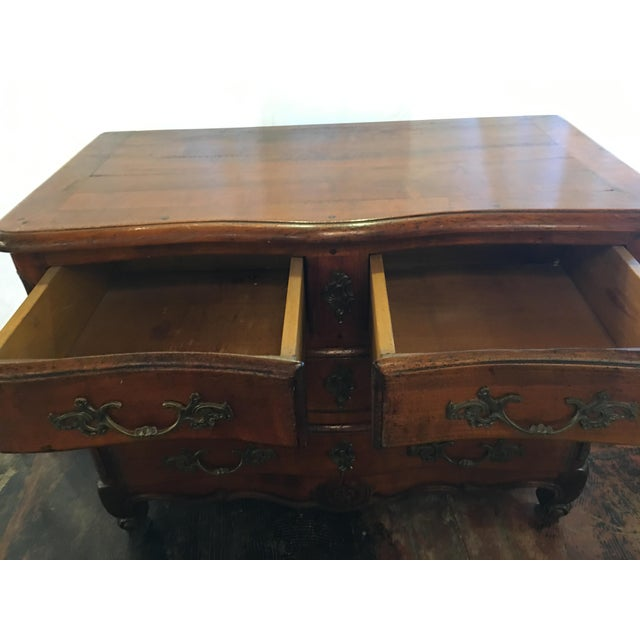 This exquisite chest of drawers dates from 1930 and is in fantastic condition. It has two small drawers and two large ones.