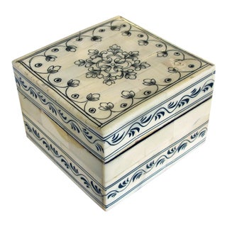 A square Moroccan box