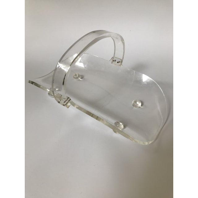 Cute vintage lucite basket with handle. Sits on 4 lucite ball feet. Would be great on a shelf holding a string of beads or...