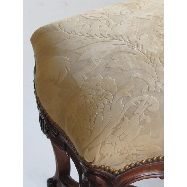 An Elegant French Regence Style Carved Walnut Serpentine-Shaped Stool With Cut-Suede Upholstery For Sale In San Francisco - Image 6 of 7
