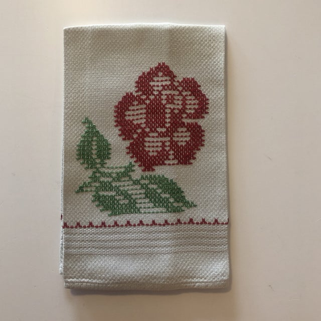 """Vintage Hand Embroidered Red and Green Linen """"Carnation"""" Flower Napkin For Sale In Miami - Image 6 of 6"""