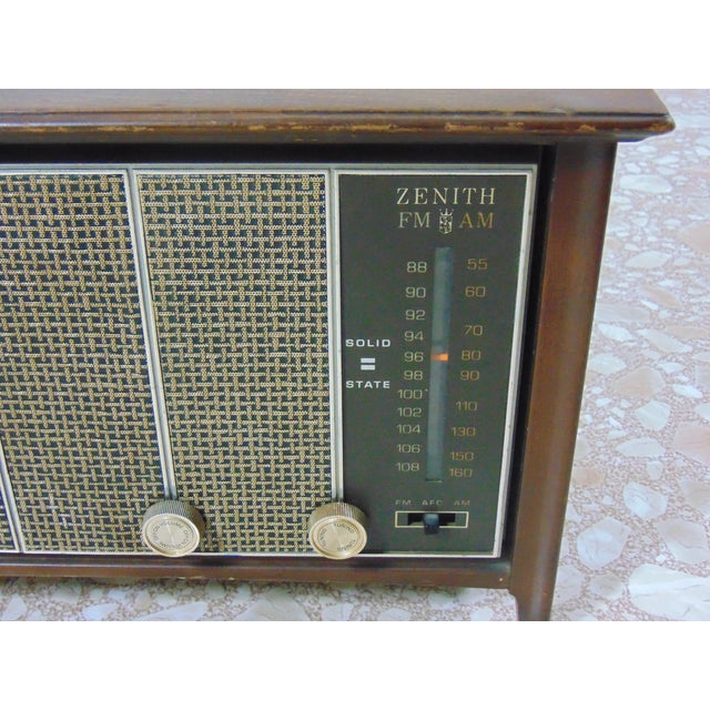 This is a 1930's Radio, Zenith is the manufacturer. Box is made out of walnut wood ,it's in working condition the sound...