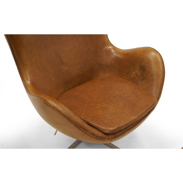 Pair of Arne Jacobsen Egg Chairs With Ottomans for Fritz Hansen, Cognac Leather For Sale In Kansas City - Image 6 of 9