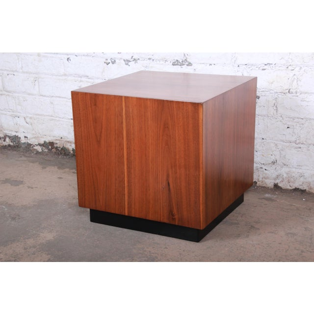 1970s Milo Baughman Mid-Century Modern Walnut Cube Side Table or Coffee Table, Restored For Sale - Image 5 of 5