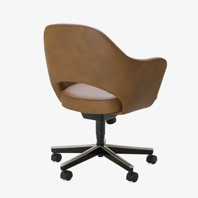 Knoll Saarinen Executive Arm Chair in Saddle Leather, Swivel Base For Sale - Image 4 of 8