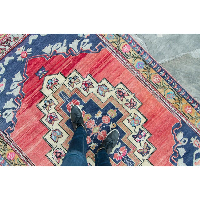 """Blue House of Séance - 1940s Vintage Anatolian Taspinar Oushak Wool Pile Hand-Knotted Rug - 4'10"""" X 8' For Sale - Image 8 of 11"""