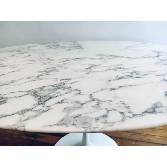 "Mid Century Modern Eero Saarinen Knoll 48"" Tulip Marble Dining Table For Sale In New York - Image 6 of 10"