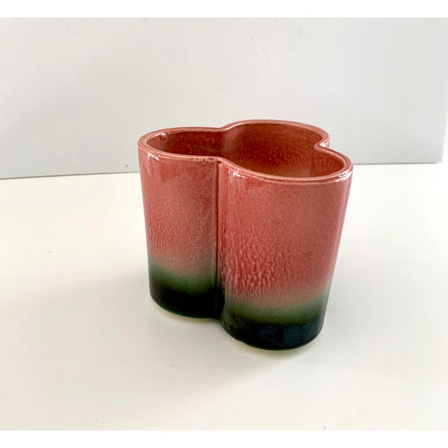Contemporary 1950s Vintage Hull Pottery Trefoil Cachepot in Raspberry Green Ombre For Sale - Image 3 of 12