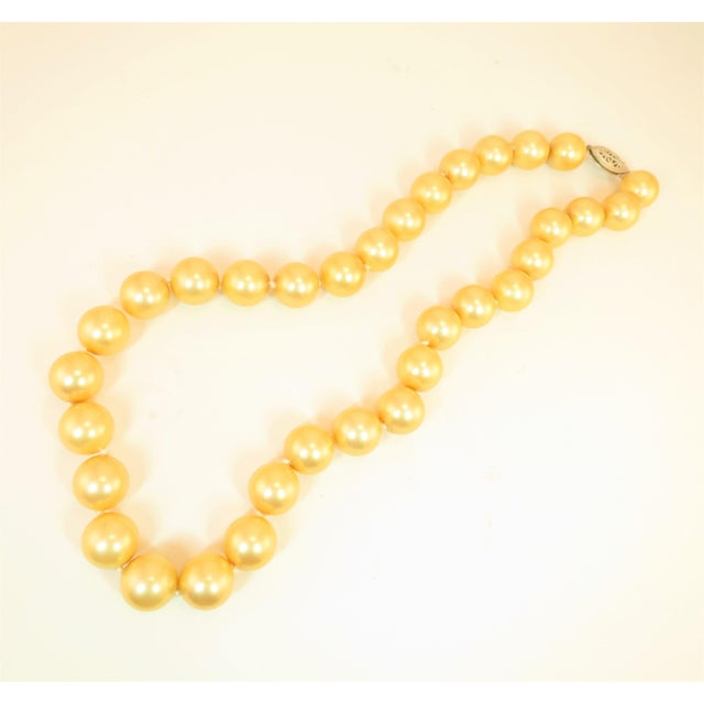 Traditional Faux South Seas Pearl Necklace 1940s For Sale - Image 3 of 11