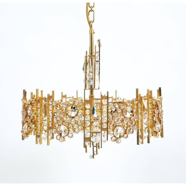 Hollywood Regency Palwa Pair Golden Brass Crystal Glass Encrusted Chandeliers, Germany 1960 For Sale - Image 3 of 8