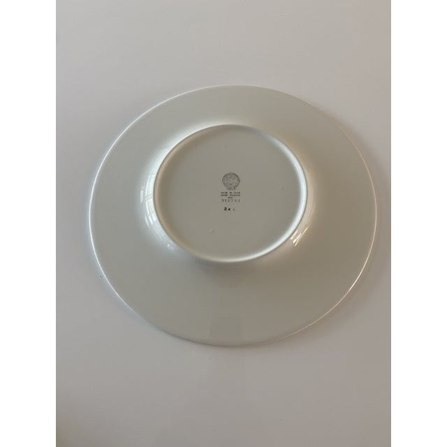 Ceramic plate with an elegant white background which contrasts with the green hues of the tropical leaf motif. Handcrafted...